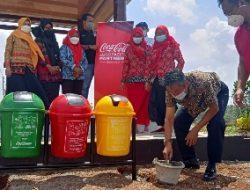 CCEP Indonesia Bersama Forum Pendidik Sukanaegara Serahkan Bantuan Tempat Sampah Edukasi