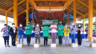 Menyambut HUT TNI Ke -76, Wakil Ketua Persit Koorcab Rem 043 PD II/Swj Serahkan Sembako di Dua Kampung Kabupaten Waykanan